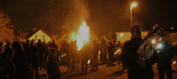 Laternen, Brezeln und ein großes Feuer - der Martinsumzug in Euren